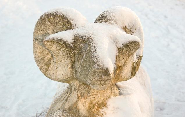 Betongbagge i vinterskrud (konstnär: Anders Årfelt).